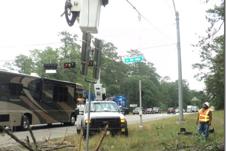 WINDS CAUSE DAMAGE TO TRAFFIC LIGHT