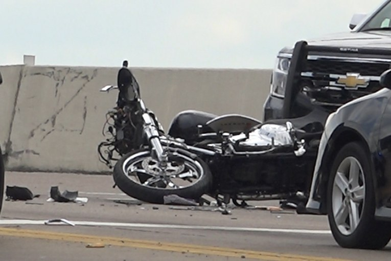 MOTORCYCLIST DEAD AFTER RUNNING RED LIGHT AND COLLIDING WITH TRUCK